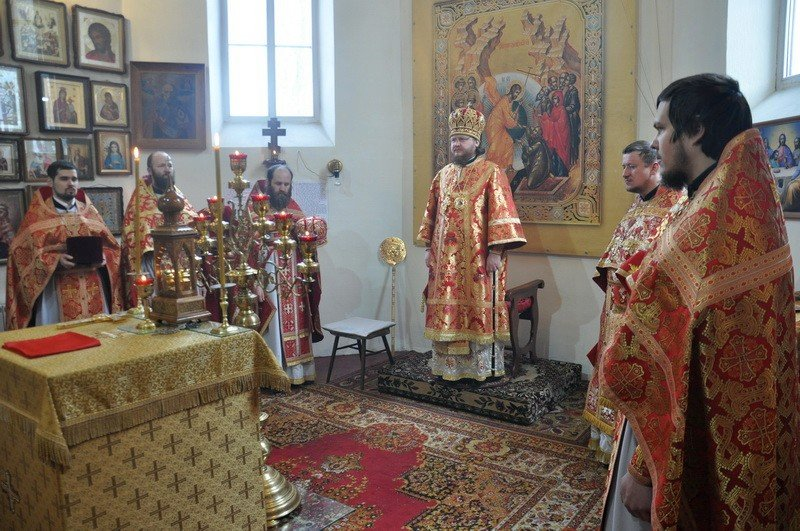 Епископ Боярский Феодосий возглавил Божественную литургию по случаю малого престольного праздника в Петропавловском храме на Подоле