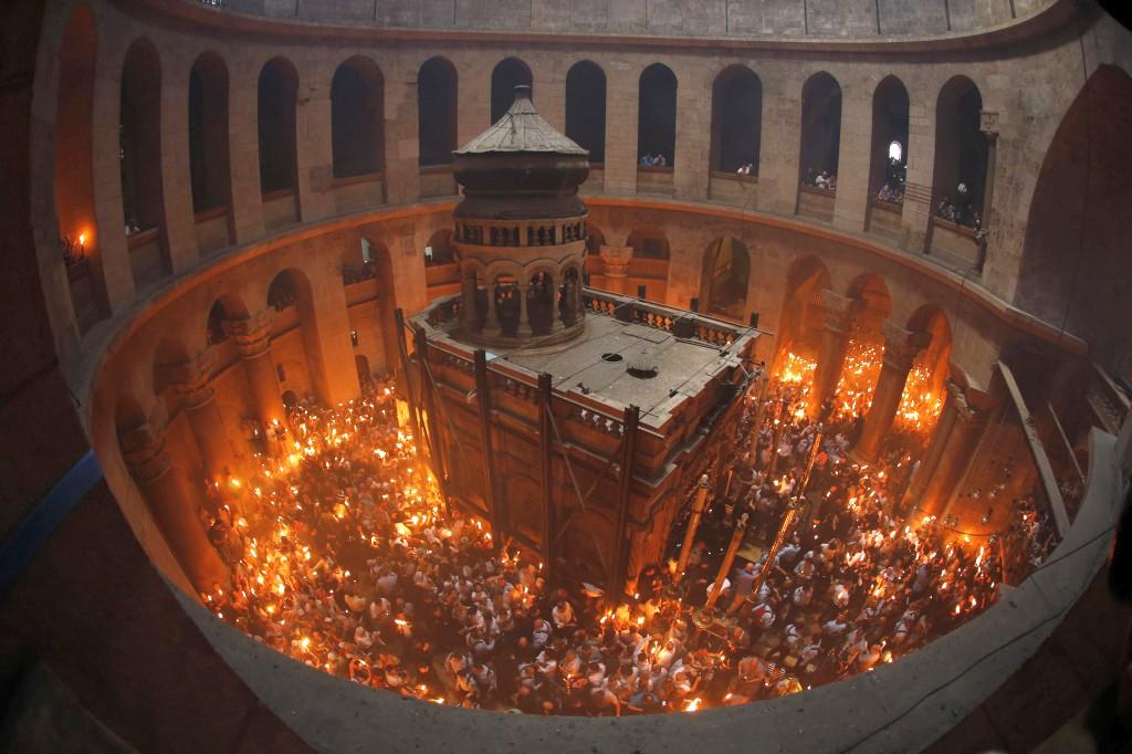 ЄРУСАЛИМ. Благодатний Вогонь зійшов. Незабаром делегація від УПЦ діставить Вогонь до України