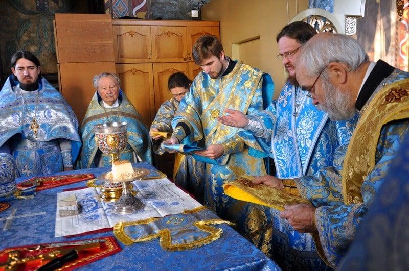 """""""Чому чудотворними бувають, як правило, тільки ікони Божої Матері?"""" – єпископ Боярський Феодосій очолив богослужіння малого Престольного свята у Хрестовоздвиженському храмі столиці"""