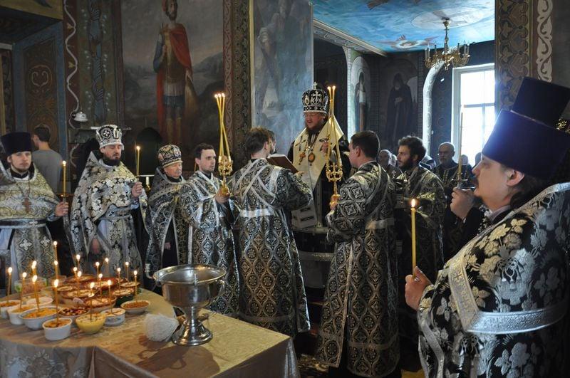 Епископ Боярский Феодосий совершил литургию Преждеосвященных Даров и освящение колива в Крестовоздвиженском храме г.Киева