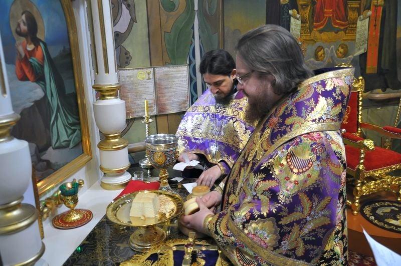 Епископ Боярский Феодосий совершил Литургию в Великий Четверг