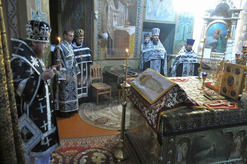 Єпископ Боярський Феодосій звершив вечірню Великої П'ятниці з виносом Плащаниці Спасителя