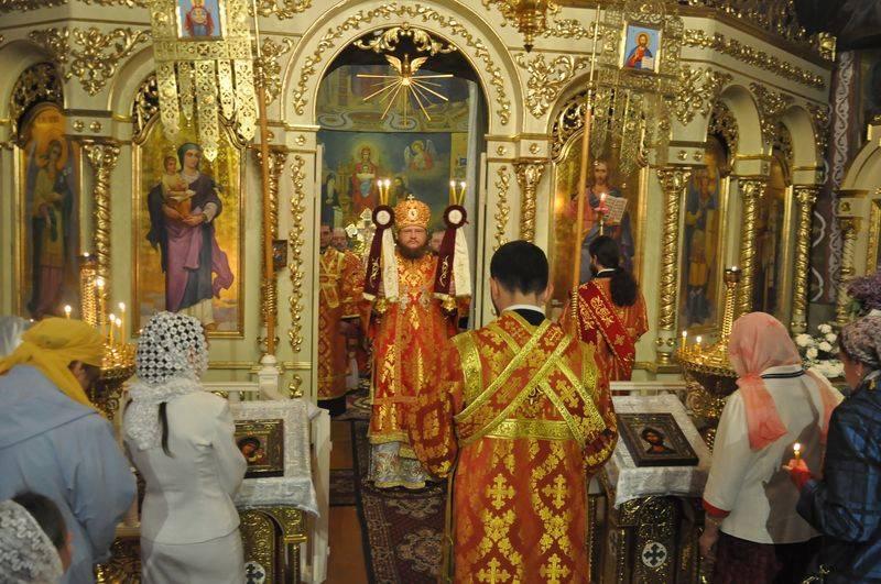 У Великодню ніч єпископ Боярський Феодосій звершив святкову утреню і Божественну літургію
