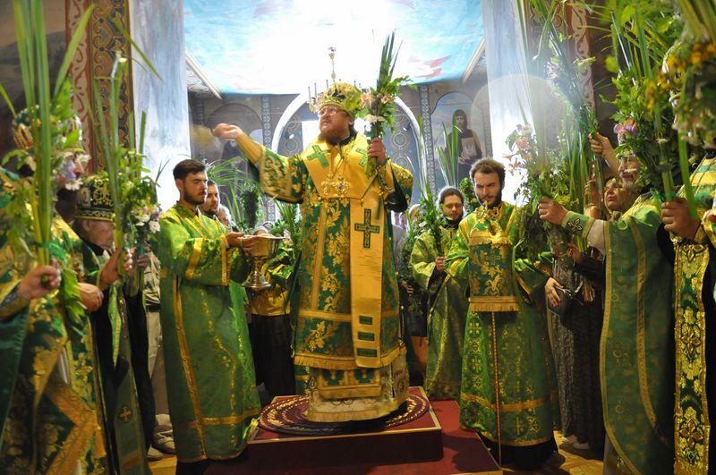 Епископ Боярский Феодосий совершил праздничное богослужение в День Святой Троицы