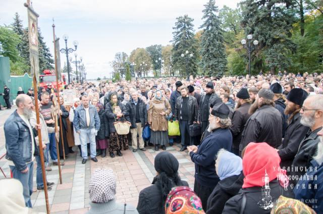 Віруючі УПЦ біля стін ВР: Ми хочемо зберегти право ходити в наші храми