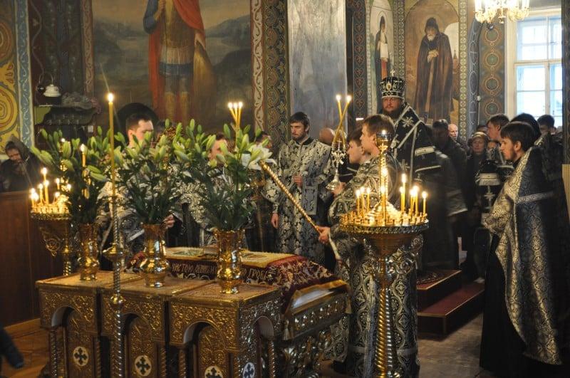 Преосвященный епископ Феодосий совершил утреню Великой Субботы с чином погребения Плащаницы