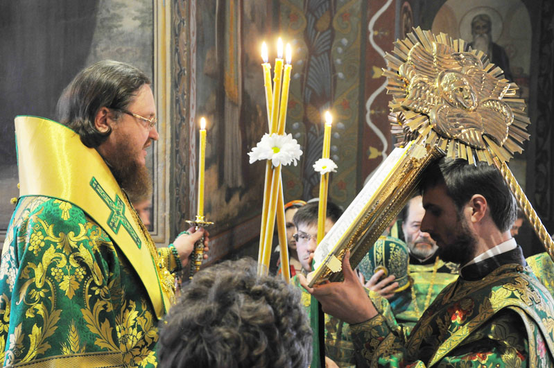 Епископ Боярский Феодосий совершил всенощное бдение накануне Дня Святой Троицы