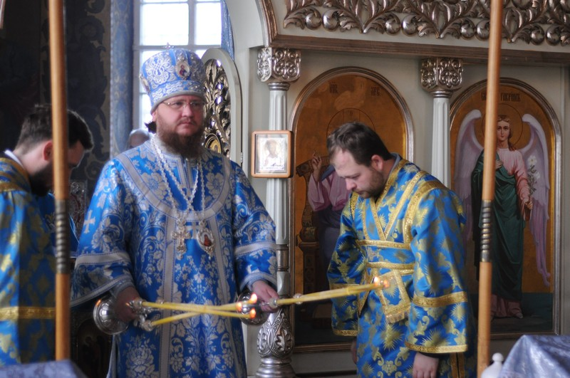 В день малого престольного праздника епископ Боярский Феодосий возглавил Божественную литургию в Крестовоздвиженском храме г.Киева