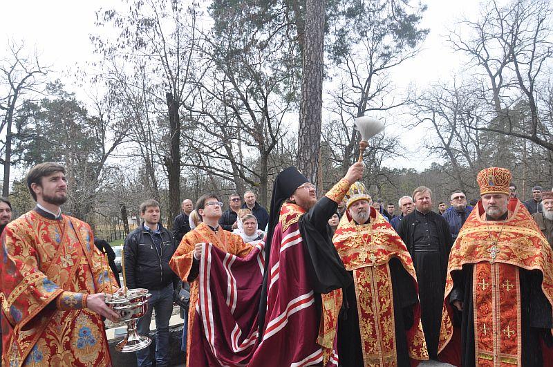 У день Радониці архієпископ Феодосій звершив освячення каплиці на столичному кладовищі