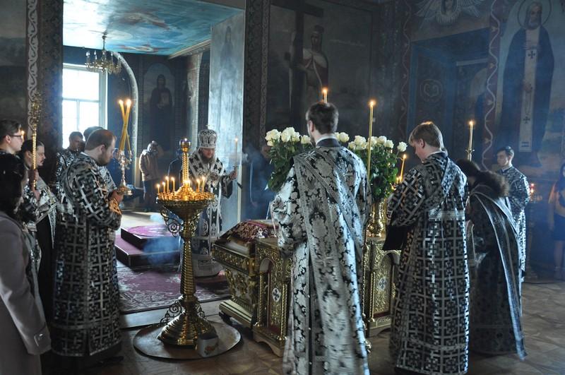 Архиепископ Боярский Феодосий совершил вечерню Великой Пятницы с выносом Плащаницы Спасителя