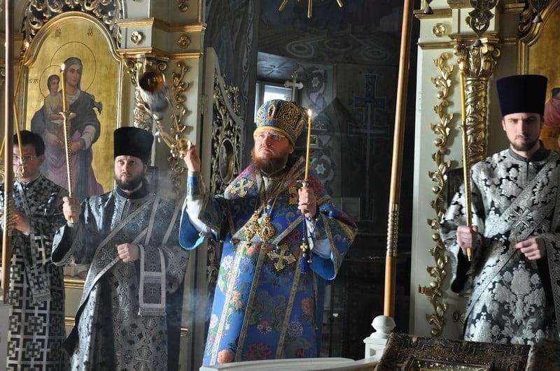 Высокопреосвященный архиепископ Феодосий совершил утреню Великой Субботы с чином погребения Плащаницы
