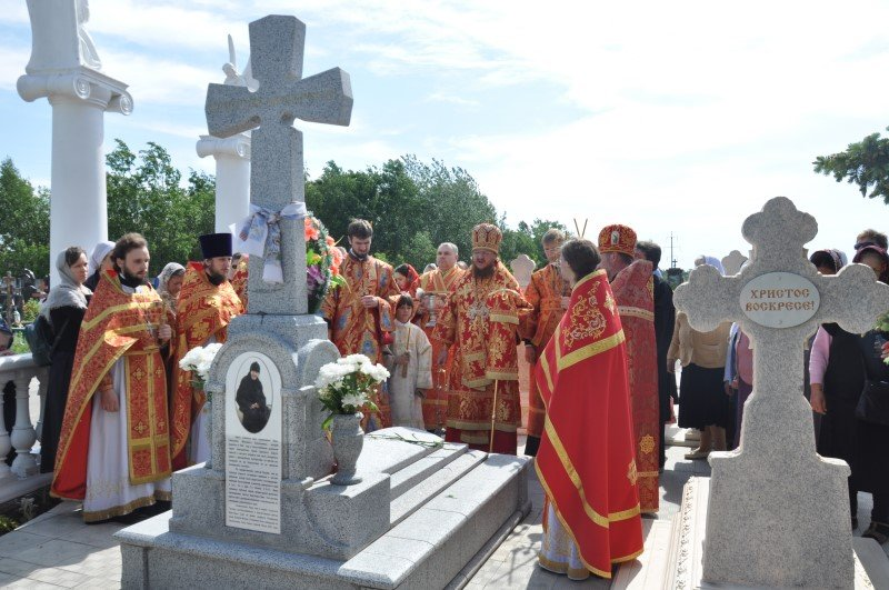 В день отдания Пасхи архиепископ Боярский Феодосий совершил Литургию и панихиду на Южном кладбище г.Киева