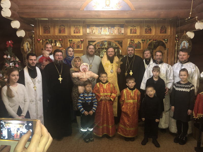 Архиепископ Боярский Феодосий совершил крещение ребёнка в многодетной семье священника