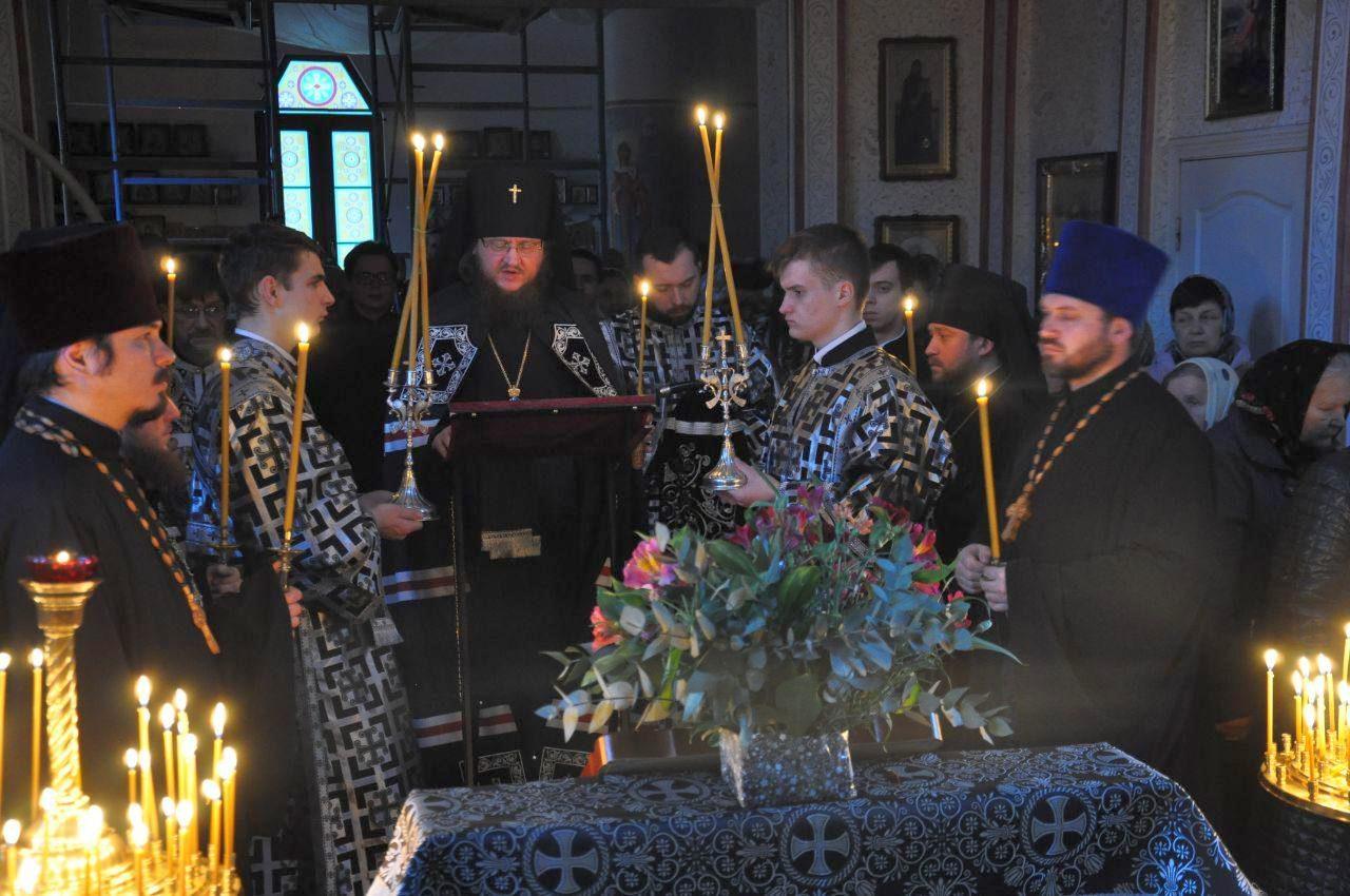 Архиепископ Феодосий совершил чтение заключительной части Великого покаянного канона во Введенском Обыденном храме на Теремках