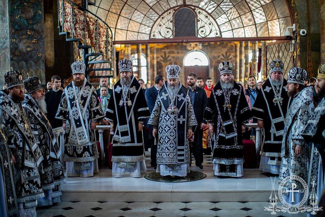 В Великую Среду архиепископ Феодосий сослужил Предстоятелю УПЦ в Трапезном храме Киево-Печерской Лавры (+ВИДЕО)
