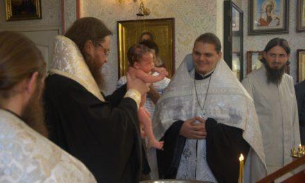 Архиепископ Боярский Феодосий совершил крещение ребёнка в семье диакона