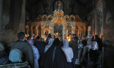 Архиепископ Феодосий совершил вечерню с чином прощения в Крестовоздвиженском храме столицы