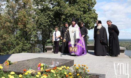 Архиепископ Феодосий помолился на могиле Тараса Шевченко в Каневе