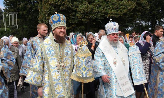Архієпископ Феодосій звершив святкову Літургію у Каневі та благословив дітей на навчання