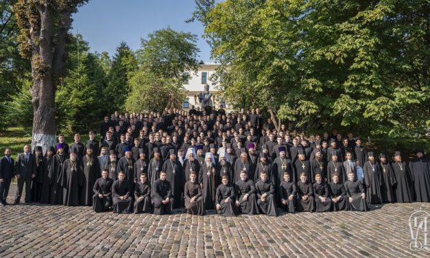Архієпископ Феодосій взяв участь у молебні з нагоди початку нового навчального року перед мощами прп.Нестора Літописця