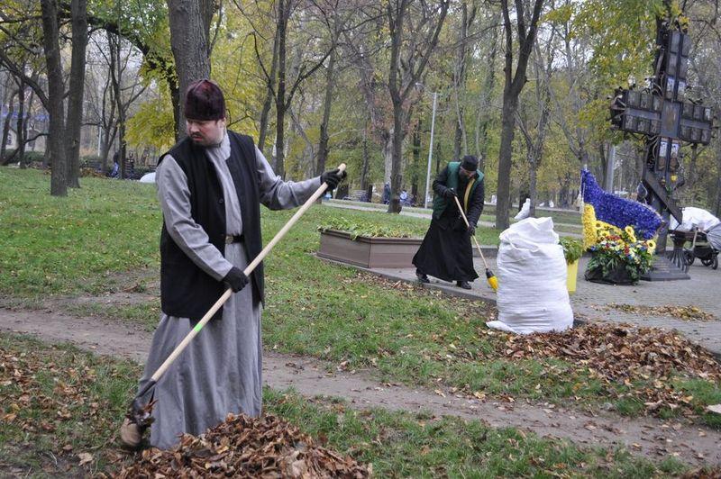 Соборний парк прибрано спільними зусиллями віруючих черкащан