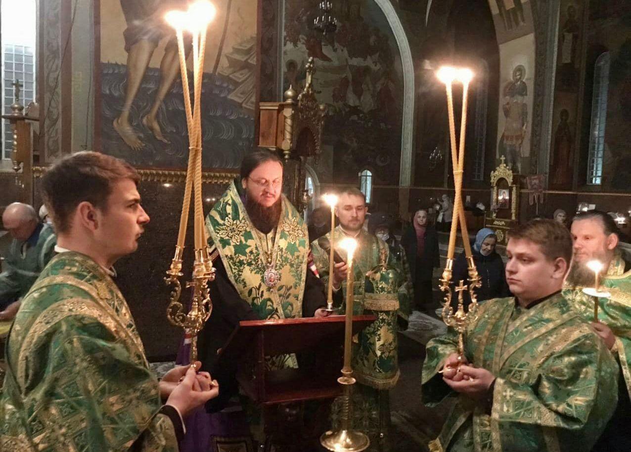Архиепископ Черкасский и Каневский Феодосий возглавил соборный акафист прпмч.Макарию у его святых мощей
