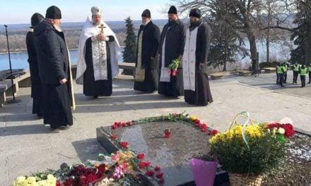 Духовенство Черкаської єпархії вшанувало пам'ять Тараса Шевченка на його могилі