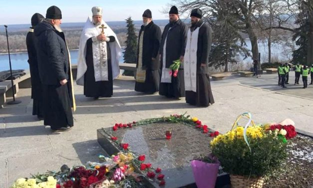 Духовенство Черкасской епархии почтило память Тараса Шевченко на его могиле