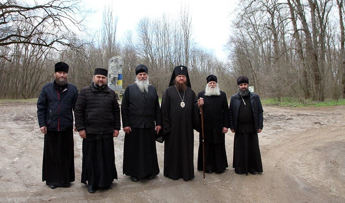 Архиепископ Феодосий посетил выдающиеся исторические места Холодного Яра
