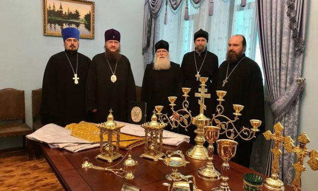 Керуючий Черкаською єпархією передав богослужбове начиння в малозабезпечені парафії
