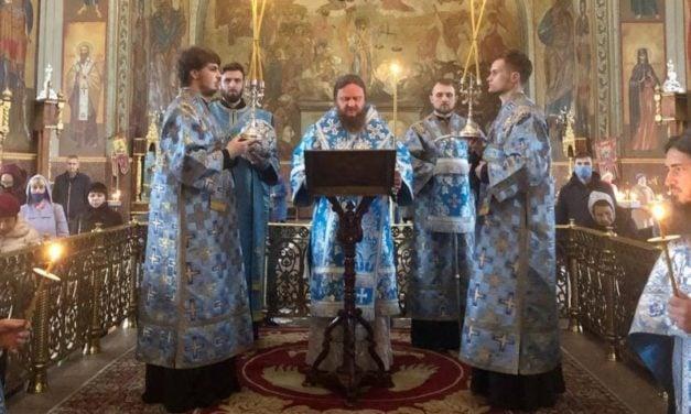 Архиепископ Черкасский и Каневский Феодосий совершил утреню с чтением акафиста Пресвятой Богородице