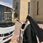 Архієпископ Феодосій освятив новий шкільний автобус для Черкаської православної гімназії
