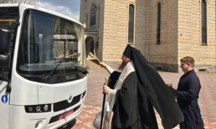 Архиепископ Феодосий освятил новый школьный автобус для Черкасской православной гимназии
