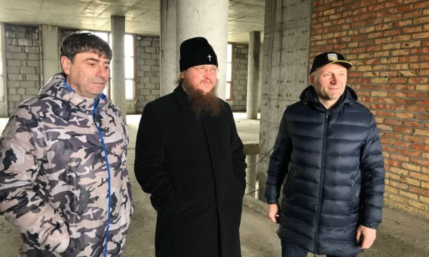 Архиепископ Феодосий вместе с мэром Черкасс А.Бондаренко осмотрели строительство Большой соборной колокольни Черкасс