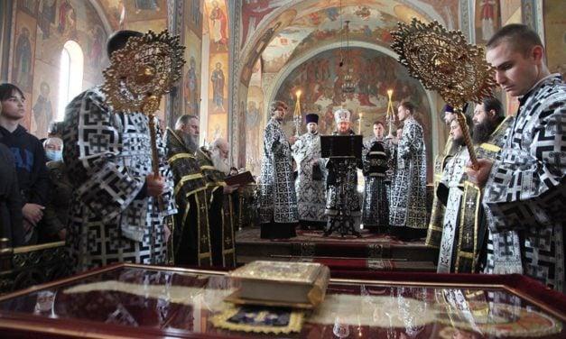 Архиепископ Феодосий совершил вечерню Великой Пятницы с выносом Плащаницы Спасителя