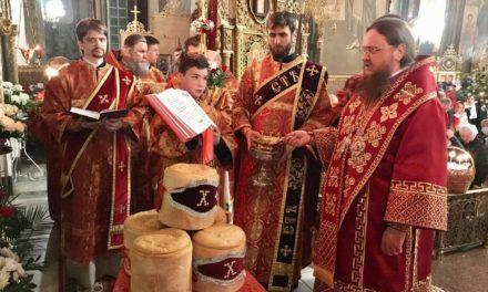 В Пасхальную ночь архиепископ Феодосий совершил праздничную заутреню и Божественную литургию