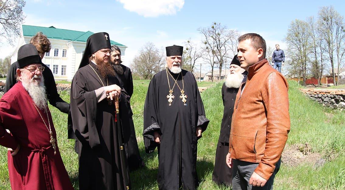 Архиепископ Черкасский и Каневский Феодосий осмотрел место строительства нового храма