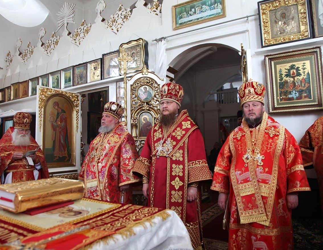 В день памяти иконы Божией Матери «Живоносный Источник» в Красногорском женском монастыре состоялась соборная архиерейская Литургия